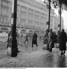 Duitse manschappen op straat voor de stadsschouwburg, Amsterdam (1945);