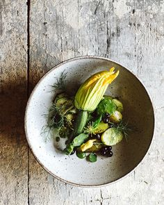 For lunch we had a potato salad with green pesto, fried zucchini, black currant and edible flowers from the garden. Currently we are…