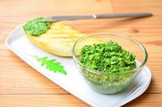 200g rukoly 100g mandlí 20g lahůdkového droždí 20ml olivového oleje stoužek česneku  Postup:  Všechny přísady dáme do nádoby mixéru a umixujeme dohladka.