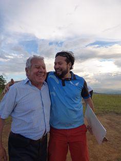 Piloto y turista feliz al volar en parapente. Vívelo en San Gil Santander Colombia.