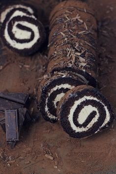 Passion Kitchen: Chocolate roulade with cream and caramel Chocolate Triffle Recipe, Chocolate Mouse Recipe, Chocolate Roulade, Chocolate Smoothie Recipes, White Chocolate Recipes, Chocolate Frosting Recipes, Chocolate Shakeology, Chocolate Crinkles, Chocolate Desserts