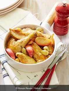 COQUELET BRAISÉ À LA BIÈRE, FRUITS DE SAISON DORÉS Ingrédients pour 4 personnes : 2 coquelets St SEVER 1 oignon 60 g de farine 75 cl bière (blonde, brune, rousse, selon votre goût) 3 pommes 3 poires 1 grappe de raisins Chasselas Beurre Sucre Huile Sel et poivre Persil plat pour le décor. Un coquelet bien coloré aux fruits : original et facile à préparer. Raisin, pommes, poires : c'est un festival de saveurs et de couleurs ! Oven Recipes, Apple Recipes, Dumpling Recipe, Chicken And Dumplings, Pretzel Bites, Raisin, Onion, Stuffed Peppers, Bread