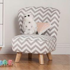 Wat een originele stoel voor de kinderkamer. Je peuter kan hier makkelijk zelf op gaan zitten. #chevron #kinderkamer #peuter