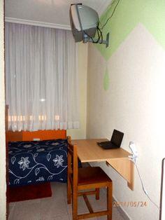 Mesa de estudio en habitación individual con TV, WiFi y aseo privado // Study table in Private single room with TV, WiFi.