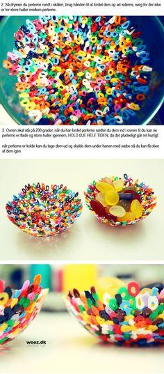 des perles plastique (ikea fait pour ça) mises dans un bol et passées au four à 200° pour obtenir des coupelles colorées. J'essaierai bien avec un saladier… (via Perleskåle | WOOZ.DK)