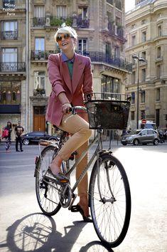 Elisa Nalin, pink blazer on bicycle Cycle Chic, Bicycle Women, Bicycle Girl, Elisa Nalin, Simple Style, My Style, Bike Style, Look Fashion, Paris Fashion