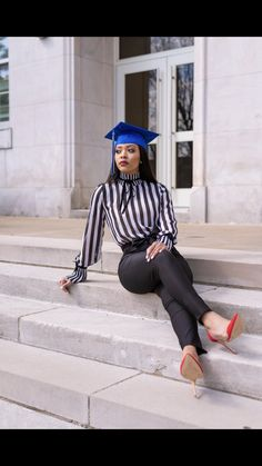 Graduation should be celebrated as the day of success, a long and challenging process. Girl Graduation Pictures, Graduation Picture Poses, Graduation Photoshoot, Grad Pics, Senior Pics, Senior Pictures, Graduation Dress College, Graduation Look, Short Graduation Dresses