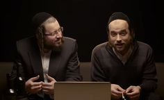 """Hilário! Judeus ortodoxos assistem """"Um Violinista no Telhado"""" pela primeira vez."""