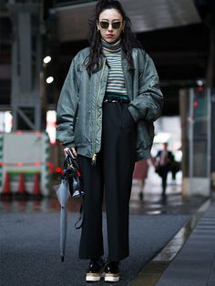 Japanese street style is renowned for its kawaii cuteness, eccentric combinations and bold outfit ideas. We take a look at 25 fashion girls from Tokyo. Japanese Fashion Street Casual, Japon Street Fashion, Japan Fashion, Girl Fashion, Berlin Street Fashion, Japan Street, London Street, Mens Fashion, India Fashion