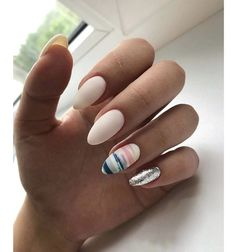 The advantage of the gel is that it allows you to enjoy your French manicure for a long time. There are four different ways to make a French manicure on gel nails. The choice depends on the experience of the nail stylist… Continue Reading → Fancy Nails, Trendy Nails, Hair And Nails, My Nails, Nagellack Design, New Nail Designs, Manicure E Pedicure, Gel Manicures, Gelish Nails