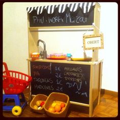 DIY Play market ikea hack Easy DIY project from a DUKTIG ikea play kitchen. Use the play kitchen also as a play market. Ikea Childrens Kitchen, Ikea Toy Kitchen Hack, Ikea Hack, Ikea Duktig, Ikea Toys, Play Market, Diy For Kids, Kids Fun, Fun Activities For Toddlers