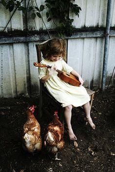 E essa garota tocou uma música para as galinhas. | 35 Magical Moments Captured With A Camera