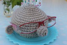 En kreativ verden: DIY: Hæklet 2i1 = Nålepude/brilleholder