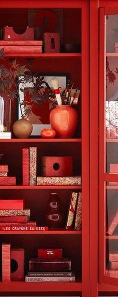 Een rode kast met een verzameling van rode spullen, feest voor het oog.