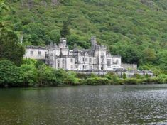 Kylemore Abbey in Galway Ireland - one of my favorite places i want to see Uk And Ie Destinations, Amazing Destinations, Ashford Castle, Floating Boat, Castles In Ireland, Fairytale Castle, Beautiful Gardens, Beautiful Places, Beautiful Castles