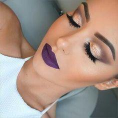 Piel natural, cejas bien marcadas, pestañas voluminosas, delineados dramáticos y unos labios púrpuras