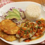 Bagre en salsa criolla Meat, Chicken, Food, Gratin, Avocado Salad, Coconut Rice, Stir Fry, Meals, Yemek