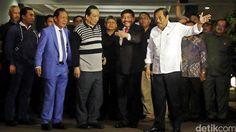 DPR Nilai Perlakuan VIP terhadap Buronan BLBI Samadikun Manjakan Koruptor  Kepulangan buronan BLBI Samadikun Hartono (berkaus lengan panjang) yang didampingi Kepala BIN Sutiyoso disambut Jaksa Agung Prasetyo di Bandara Halim Perdana Kusuma menuai kritik. (Foto: detik.com)  JAKARTA (SALAM-ONLINE): Kepulangan buronan kasus Bantuan Likuiditas Bank Indonesia (BLBI) Samadikun Hartono jadi sorotan. Perlakuan yang mengesankan mengistimewakan koruptor itu dinilai memanjakan koruptor.  Apa yang…