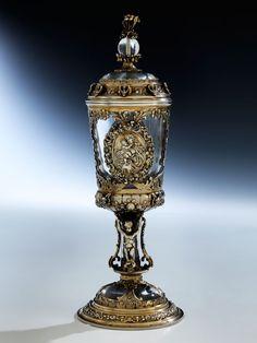 Höhe: 25,3 cm. Gesamtgewicht: 610 g. Ohne erkennbare Punzen. Eventuell London, 17. Jahrhundert. Bergkristall geschliffen, poliert, Vermeilmontierung gegossen,...