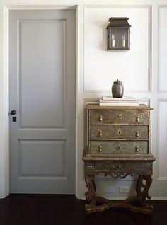 I et ellers hvitt miljø, vil en greige dør fremstå som elegant og sofistikert. Med fargen Grå Ara FR1129 vil du oppnå et lignende uttrykk.