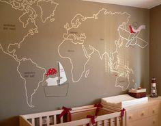 Murales pintados a mano: Mapamundi - Mural pintado directamente en la pared. Tema: Mapamundi con pirata y aviador. Colore a escoger. (No pintamos color base de la pared). Utilizamos pinturas al agua que no alteran el medio ambiente. Se secan al momento. Tiempo de realización: 1 día Si la localización es fuera de Cataluña, el desplazamiento corre a cargo del cliente.