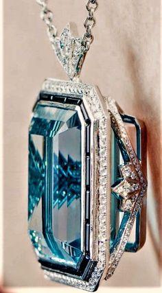 Magnifique pendentif or blanc diamants saphirs et une enorme aigue-marine . I Love Jewelry, Gems Jewelry, Art Deco Jewelry, Gemstone Jewelry, Fine Jewelry, Jewelry Design, Antique Jewelry, Vintage Jewelry, Bijoux Art Nouveau