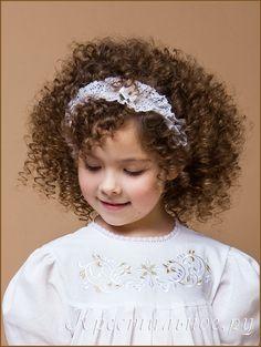 Нарядная кружевная повязка для девочки. Изящное плетеное х/б кружево, белые цветочки из атласной ленты по периметру, тонкая резинка не стягивает голову.