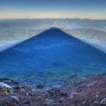 Photographer Captures Perfect Shadow of Mt. Fuji at Sunrise Un photographe capture l'ombre parfaite du Mont Fuji au lever du soleil.