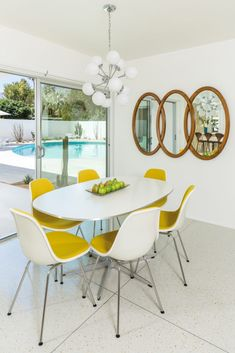 Midcentury modern Palm Springs home Retro Home Decor, Home Decor Kitchen, Home Decor Styles, Home Decor Bedroom, Diy Home Decor, Kitchen Lamps, Kitchen Lighting, Bedroom Wall, Entryway Decor