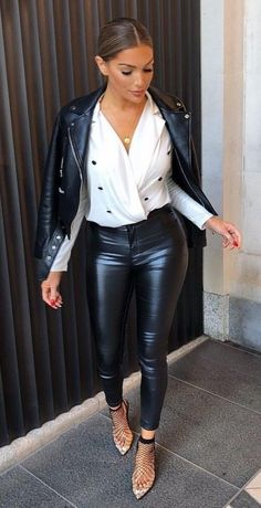Leather pants trouser outfits, leather trousers outfit, leather look jean. Leather Pants Outfit, Leather Jeans, Leather Dresses, Leather Leggings, White Leather, Black And White Outfit, White Pants, White Dress, Black White