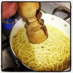 Facile a dirsi e facile a farsi...ci sono però dei piccoli dettagli che possono rendere gli spaghetti aglio,olio e peperoncino UNICI! Pubblichiamo oggi la ricetta che ci ha mandato un nostro amico sul Blog Spaghetti, Aglio Olio, Ethnic Recipes, Blog, Blogging, Noodle