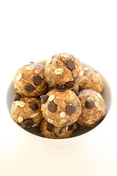 No Bake 5 Ingredient Peanut Butter Energy Bites. Loaded with old fashioned oats, peanut butter and flax seeds. A healthy protein packed breakfast or snack! Protein Bites, Healthy Protein, Protein Snacks, Healthy Treats, Healthy Desserts, Healthy Foods, Low Calorie Protein Bars, Healthy Nutrition, High Protein