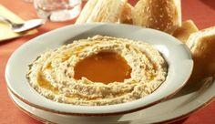 Lust auf etwas Orient in deiner Küche? Dann versuche mal einen selbst gemachten Hummus-Aufstrich aus leckeren Kichererbsen und cremiger Sesampaste.