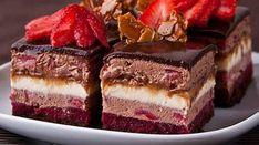"""Prăjitura """"Fermecătoare"""" – cea mai fină şi ademenitoare prăjitură, ce se topește în gură. Te va cuceri instantaneu cu gustul său divin! Încearcă-o nu mai sta pe gânduri! INGREDIENTE: Pentru blat : 30 g de gălbenuș 40 g de albuș 48 g de zahăr 15 g de cacao pentru jeleul de zmeură 200 g de … Romanian Desserts, Romanian Food, Sweets Recipes, Cooking Recipes, Homemade Sweets, Russian Recipes, Sweet Tarts, Dessert Drinks, Something Sweet"""
