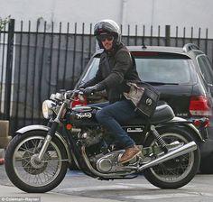 一流芸能ニュースメディアの英国Daily Mailが、ヴィンテージバイク(ノートン)にまたがってご満悦のスター キアヌ・リーブスの姿を激写。