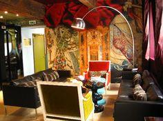 L'Hotel du Petit Moulin, dans le Marais à Paris décoré par le couturier Christian Lacroix - tables en céramiques India Mahdavi