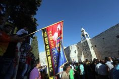 HEB 07. Bethlehem (---), 03/08/2013.- Palestinian soccer fans wait for FC Barcelona players to arrive at the Church of Nativity in Bethlehem, West Bank,03 August 2013, during FC Barcelona's Peace Tour
