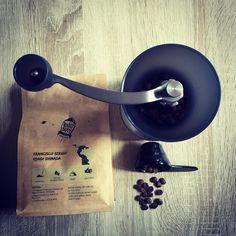 Dziś Na dzień dobry Brasilia Aqua Limpa z Łotewskiej palarni @rocketbean Słodka kawa o wyraźnym body delikatnie kwaskowa. Delikatne orzechowe nuty smakowe. Fajny miodowy aromat. Jest dobrze  @coffeedeskpl #alternativebrewing #brewedcoffee #coffee #brewslow #specialtycoffee #kawa #thecoffeelifestyle #coffeelover #coffeeholic #coffeegeek #coffeebean #coffeeroaster #hario #harioskerton #blackcoffee #manualbrew #manualbrewing #kalita #papierfilter #drip #dripper #coffeedrip #coffeedripper…