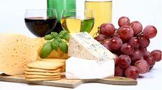 """A velha história do queijo e vinho sempre funciona, não é mesmo? É uma combinação que não tem erro e agrada quase todo mundo. No inverno sempre rola esse tipo de """"evento"""" na nossa casa ou na dos nossos amigos. Mas que tal aprender a harmonizar os queijos e vinhos corretamente? Venha ver as dicas..."""