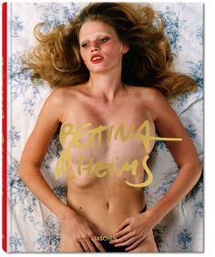 """« Extraite d'une série intitulée """"Just Like a Woman"""" (2008), cette photo de Lara Stone résume le style de Bettina Rheims : le cadrage, les motifs colorés du drap, la pose suggestive, une certaine forme d'abandon et le travail sur la peau qui porte encore les traces de l'émoi d'une jeune fille après l'amour. »"""