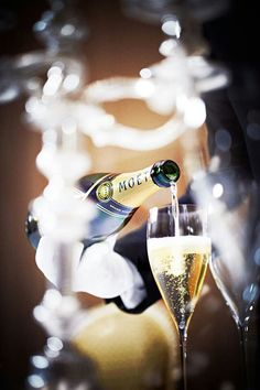 Champagne, yes please ! Happy new year's eve! Flute Champagne, Champagne Cocktail, Sparkling Wine, Champagne Quotes, Sweet Champagne, Moet Chandon, Auld Lang Syne, In Vino Veritas, Nouvel An