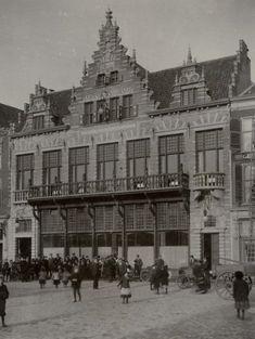 """Haarlem 1902 Grote Markt 13. Sociëteit """"de Kroon"""" (arch. Joh. F.W. Stom)"""