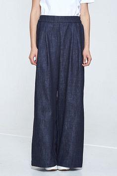 Широкие брюки из темного денима, с двумя карманами спередии двумя большими…