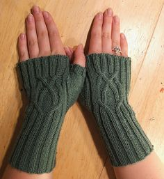 Lovely Serpentine knit fingerless mittens FREE pattern
