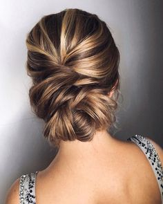 Whether you're a summer ,winter bride or a destination bride, so make sure your hairstyle shows the pretty garment off as much as possible. Here you'll find a round-up of hairstyles that complement each wedding dress neckline, from sweetheart neckline,plunging V-neck to off-the-shoulder..