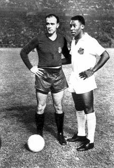 Di Stéfano y Pelé, en el partido homenaje a Miguel Muñoz en el Bernabéu, en 1959. diario as