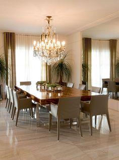 elegante y grande comedor con mesa de madera