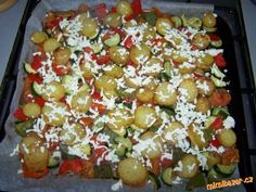 Omyté neloupané brambory pokrájím na plátky, v míse osolím, okořením a zakápnu pár kapkami olivového... Snack Recipes, Cooking Recipes, Snacks, 20 Min, Cobb Salad, Salads, Food And Drink, Vegetables, Kitchen
