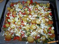 Omyté neloupané brambory pokrájím na plátky, v míse osolím, okořením a zakápnu pár kapkami olivového...