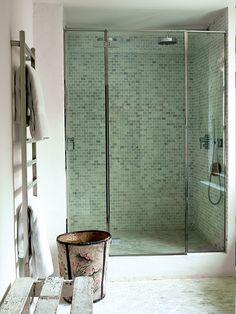 En la casa de Isabel López-Quesada, la ducha, revestida de teselas de mármol de Gunni & Trentino. Sargazos del mar - AD España, © Ricardo Labougle                                                                                                                                                                                 Más